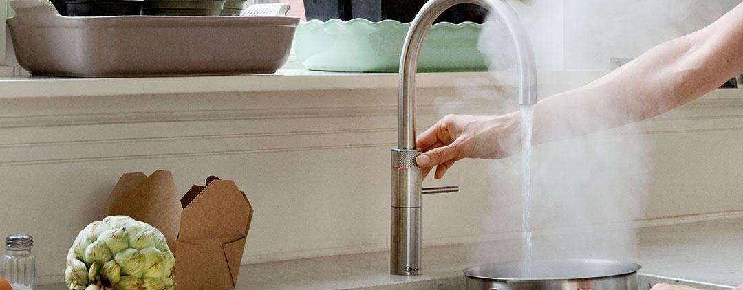 wasserhahn kochendes wasser weltneuheit der wasserhahn der alles kann sorten wasser aus einem. Black Bedroom Furniture Sets. Home Design Ideas
